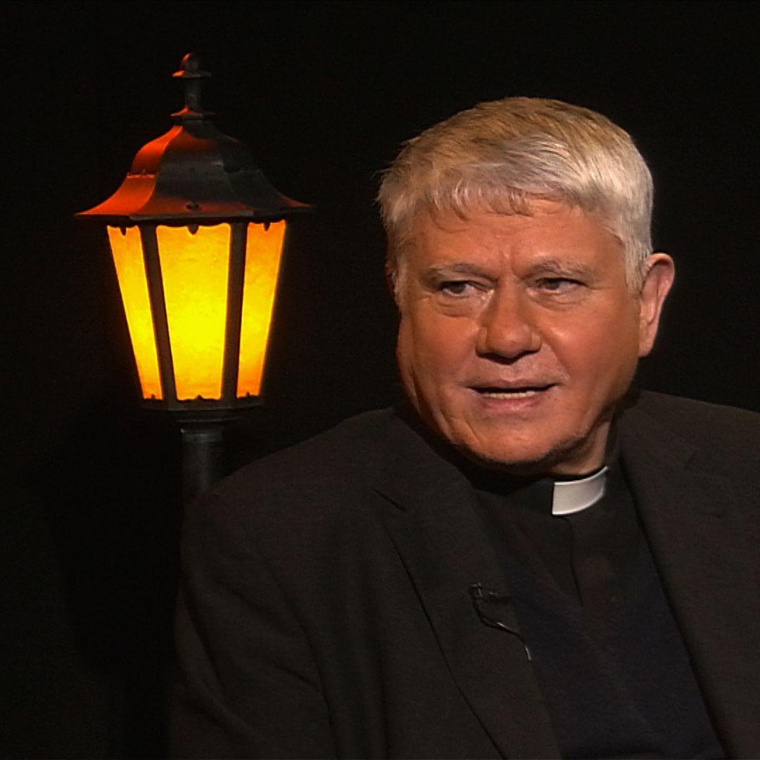 .pod lampou: Zakázaný kňaz, ktorý moderoval milión ľudí