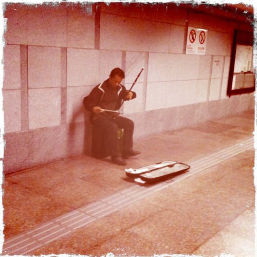SOUNDOFTHEDAY 01: Erhu player (BCN subway tunnel)