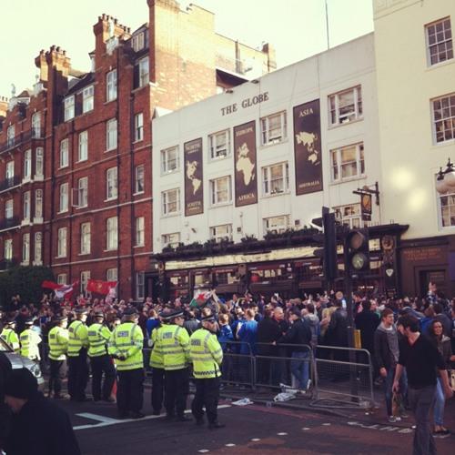 Liverpool vs Cardiff City en Carling Cup, les supporters au pub du coin at The Globe pub