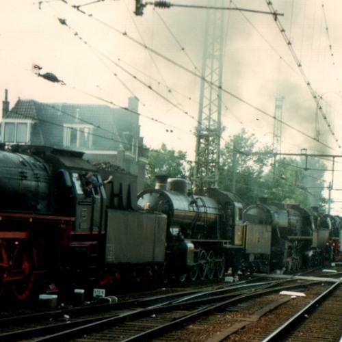 Zeventien gekoppelde stoomlocs rijden door station Utrecht.