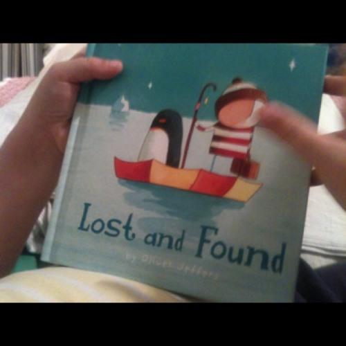 Nico leyéndome 'Lost and found' de Oliver Jeffers