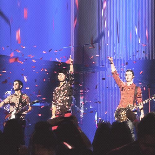 Jonas Brothers - Pushing Me Away HQ Live At Radio City