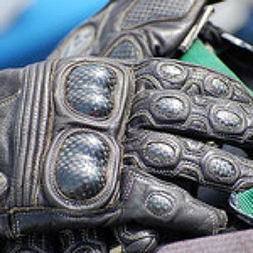 Campagne de prévention : distribution de gants pour les motards