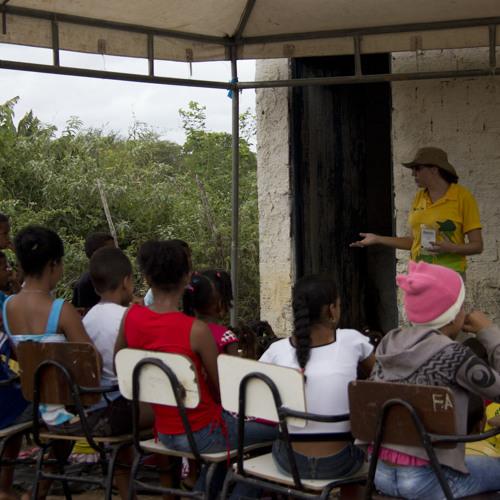Moradores do município de Irará na Bahia aprendem a criar mini-estação de tratamento de dejetos.