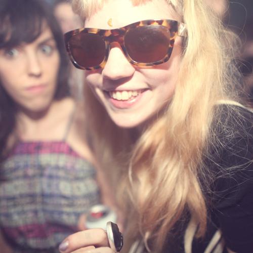 Grimes - Skin (Dropfamous Moombahsoul remix)