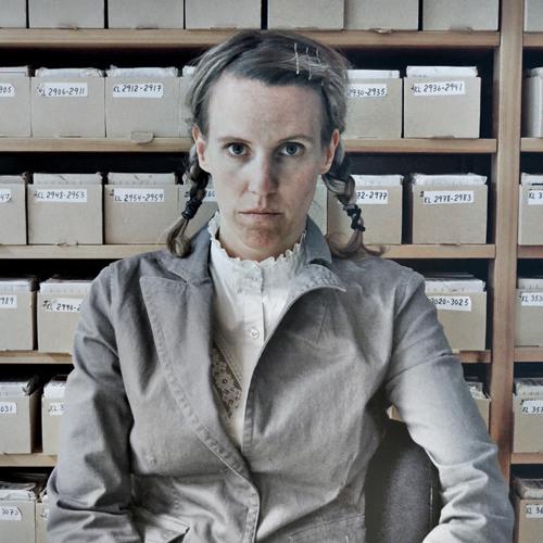 """Sara Sum Jensson läser ur sin bok """"Ur mörkret över axeln"""""""