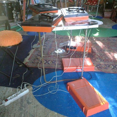 Trois élèctrophones oranges