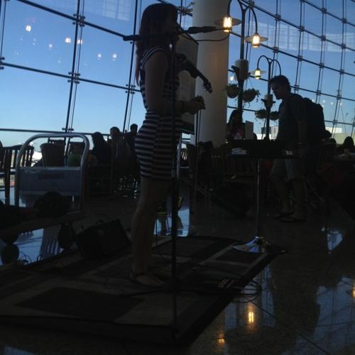 Violinist  at Seattle-Tacoma International Airport (SEA)
