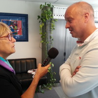 2013-08-06 Greetje van Gruting in gesprek met voorzitter Martin Laimböck van De Veiling Vooruit