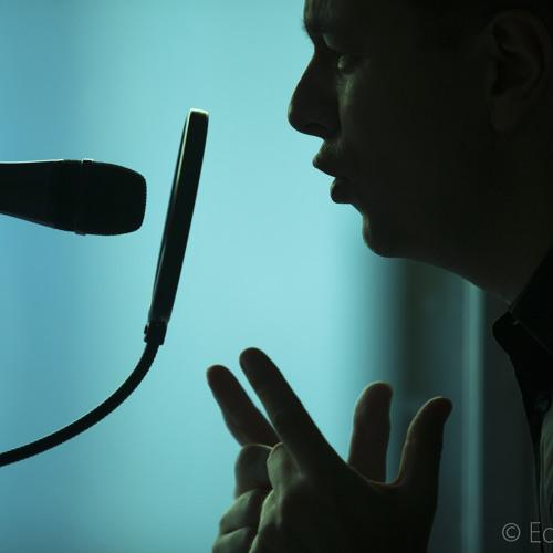 Voz en off para video corporativo de locutor ingles britanico Madrid Edward Olive con estudio propio