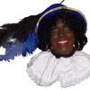 Martijn Koning speelt de Zwarte Piet toe