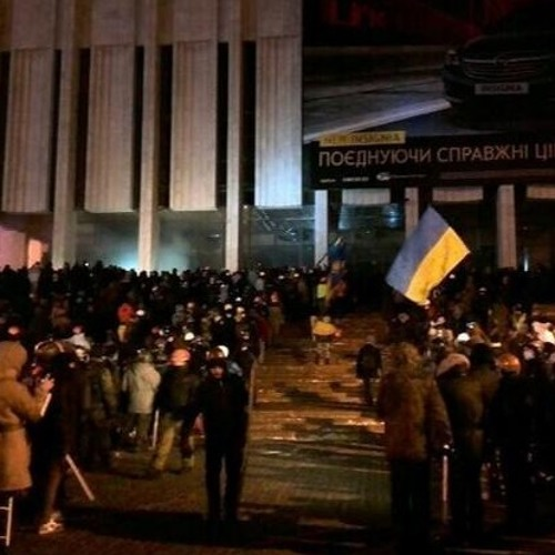 Hundreds of protesters lay siege to police-held building in central Kiev. 26.01.14
