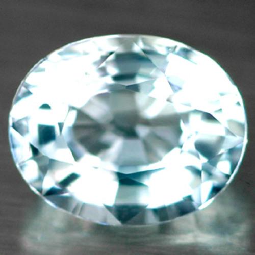 Versunken in die Betrachtung eines Juwels
