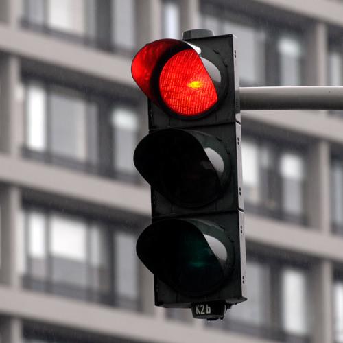 Darf man im Auto an der roten Ampel telefonieren?