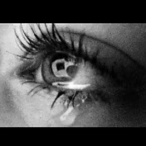 плачущие глаза девушки фото