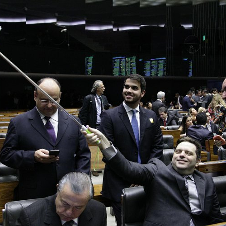 [S1E32] Pau de Selfie na Câmara, Declarações do Tiririca e idade das coisas na web.