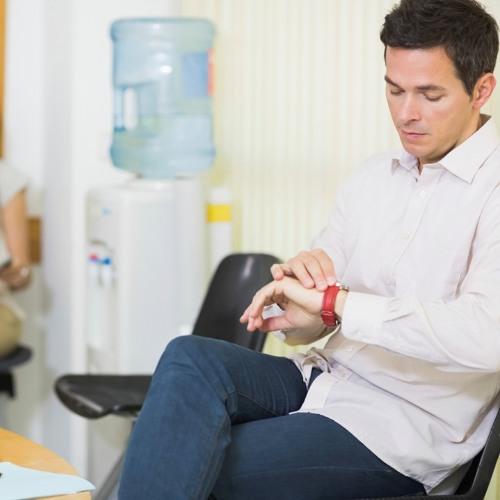 Darf man dem Arzt eine Rechnung stellen, wenn man über 45 Minuten im Wartesaal verbringen muss?
