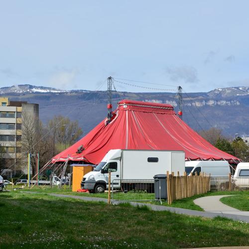 Reportage sonore du montage du chapiteau du cirque Trottola devant la MC2
