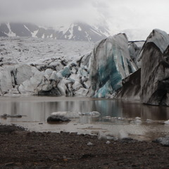 Above and under the glacier lagoon surface
