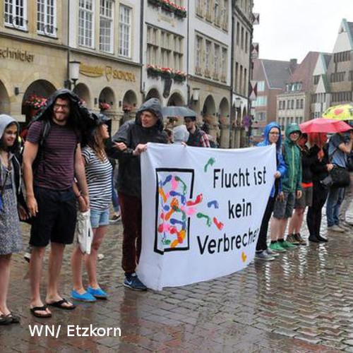 Menschenkette gegen angekündigte Asylrechtsverschärfung