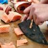 Eric Chruch de Inuvik aux TNO enseigne l'art culinaire avec de la nourriture traditionnelle