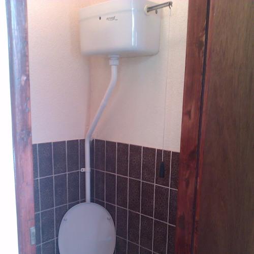 Geluid van een ouderwetse WC met stortbak