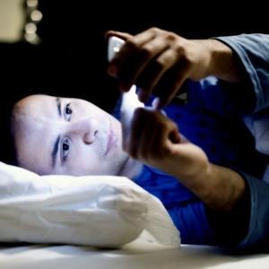 Nem tudsz aludni? A telefonod és a melatonin tehet róla!