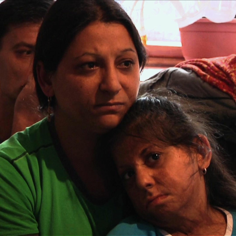 .pod lampou: Dievča, ktoré chceli náckovia zabiť