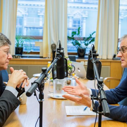 Ep8 – Jonas Gahr Støre og Jeffrey Sachs om USA-valget, moderne velferdssamfunn og klimautfordringene