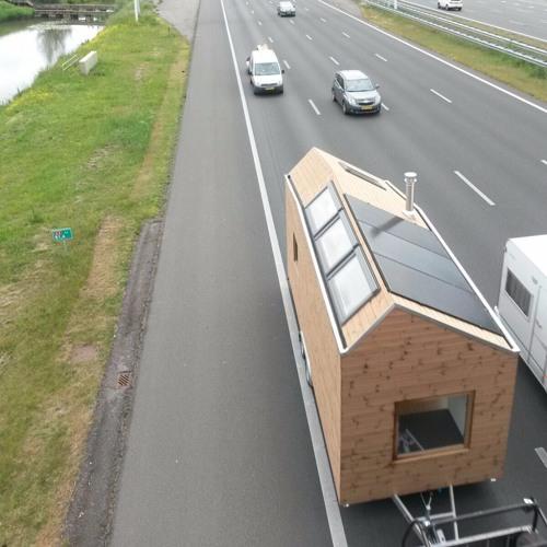 Reportage plaatsing Tiny House Marjolein Jonker in Alkmaar NPO Radio 23-05-2016
