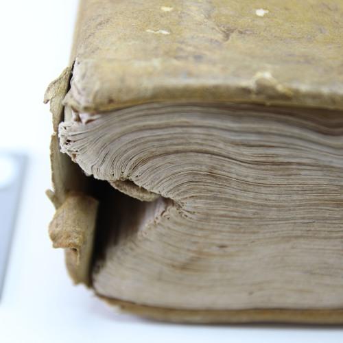 Collégiens aux Usines Nouvelles : dans l'atelier d'une restauratrice de livres anciens