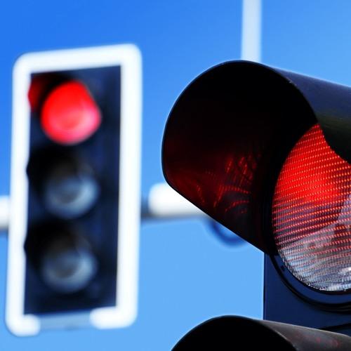Darf man über rot fahren, um ein Notfallfahrzeug durchzulassen?