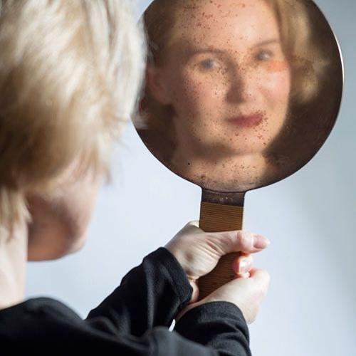 """""""ONNA - piękno, siła, ekstaza"""" - Kobieta przeglądająca się w lustrze"""