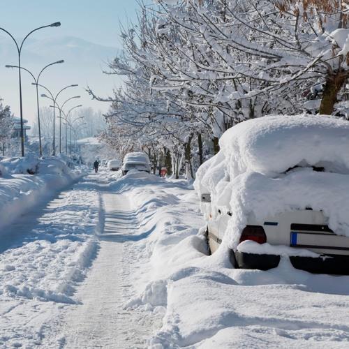 Darf man neben einem Parkplatz in der blauen Zone parkieren, wenn dieser schneebedeckt ist?