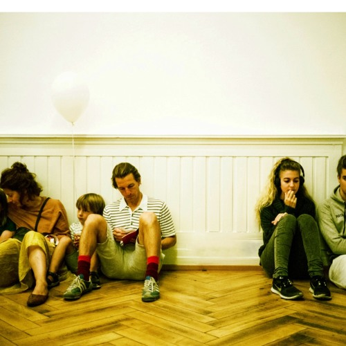 Kinder, Jugendliche und Erwachsene zum Museum of Emptiness