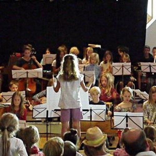 Eine Raumklangreise - live- Carla (3. Klasse)dirigiert; conducted by 8 years old girl