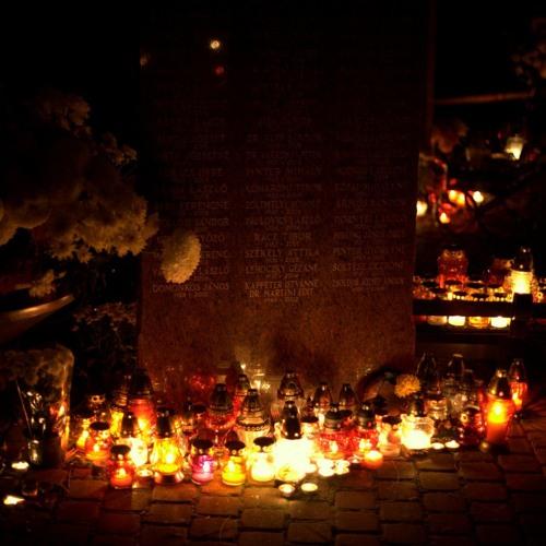 Mindenszentek ünnepe és halottak napja alkalmából a Fiumei úti Sírkertben emlékeztek ma