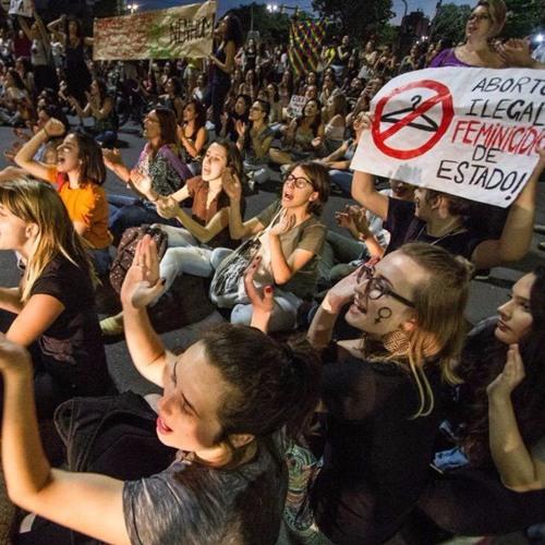 Mulheres protestam contra PEC que proíbe abortos em qualquer caso