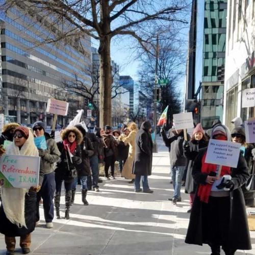 تجمع شماری از حامیان اعتراضات ایران در برابر دفتر سازمان ملل در واشینگتن