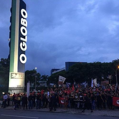 Mulheres protestam no parque gráfico da Globo no Rio