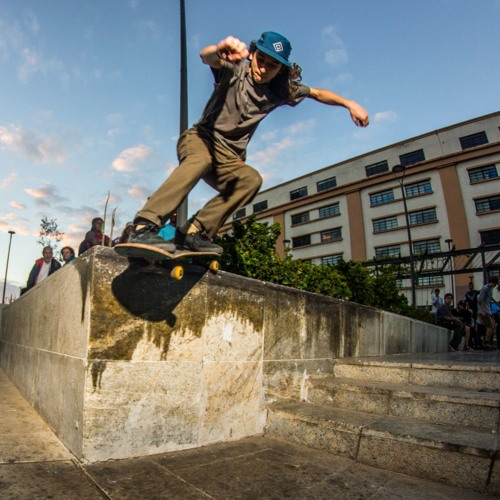 Skatistas fazem da Praça XV lugar de resistência e cultura