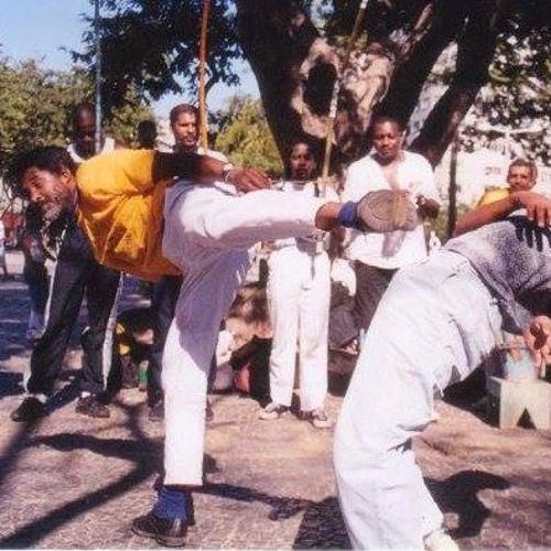 Em Duque de Caxias (RJ), roda de capoeira completa 45 anos