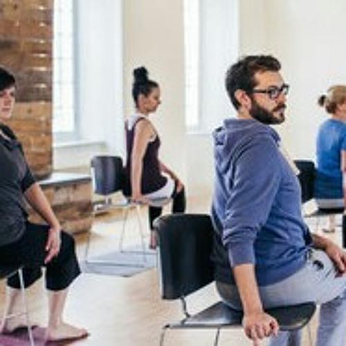 Stop au mal de dos : pause avec le yoga sur chaise au bureau !