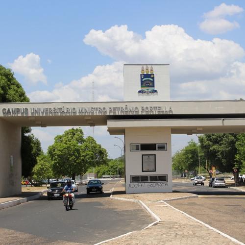 Assustador: Estudantes da UFPI chutaram e amassaram carro de professor de 64 anos em Teresina