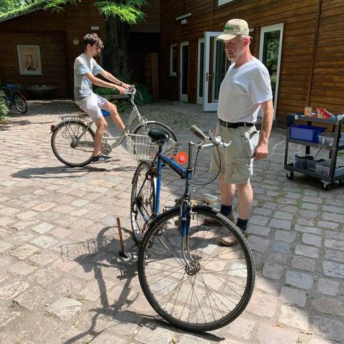 Faszination Fahrrad: Wie zwei Männer den Berliner*innen aufs Rad helfen