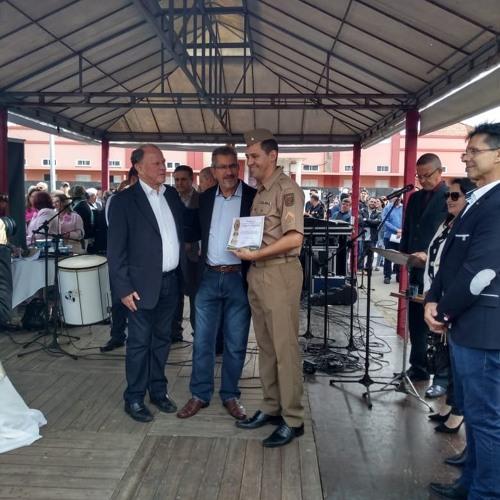 05 08 19 PRAÇAS EM AÇÃO - Aprasquiano recebe homenagem por serviços prestados à comunidade em Laguna