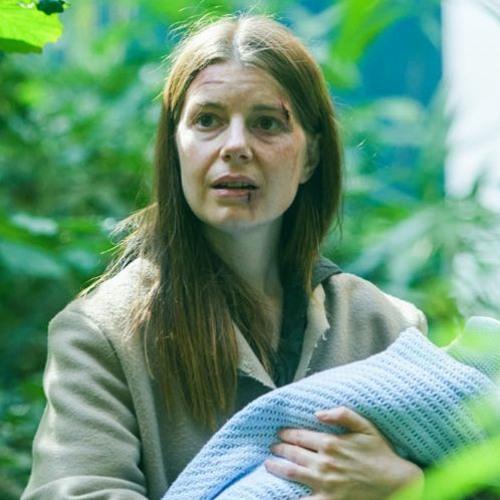 SYNCHRON - Krieg der Welten - Rolle: Isla (Aimee-Ffion Edwards)