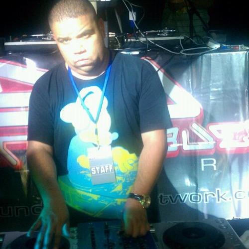 DJ HOUSETECH-SOUNDWAVES's avatar