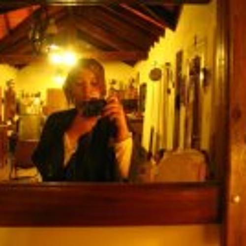 Lula Lourenço's avatar