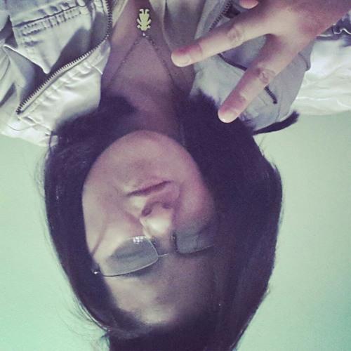 Lara Emanuelly's avatar